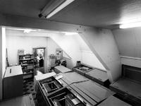 1970-2293-EN-2294 Afdeling fotografie op de zolder in het Gemeentearchief aan de Mathenesserlaan nummer 315. Afgebeeld ...