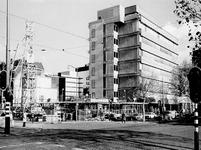 1970-2652 Mathenesserlaan bij de Heemraadssingel met op de hoek de uitbreiding van de OGEM.