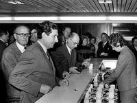 1971-2396-TM-2401 Interieur van het derde depot Gemeentearchief aan de Mathenesserlaan. Koffiepauze in de bar/kantine ...