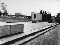 1971-2535 Rhijnvis Feithstraat met het herdenkingsmonument van H. Spiekman (raadslid). Op de achtergrond de ...