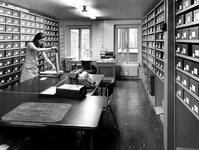 1971-2562-EN-2563 Interieur van het Gemeentearchief aan de Mathenesserlaan. Eerste depot, sorteerkamer met diverse ...