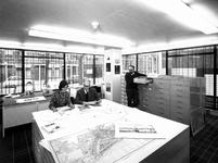 1971-411-EN-412 Interieurs van het Gemeentearchief aan de Mathenesserlaan. Afgebeeld van boven naar beneden:-411: ...