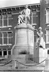 1971-754 Het beeld De Rede van het monument Van 't Hoff aan de 's-Gravendijkwal. Op de achtergrond gebouw Wolfert van ...