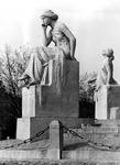 1971-755 Het beeld links De Rede, rechts De Verbeeldingskracht van het monument Van 't Hoff aan de 's-Gravendijkwal.
