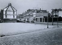 1971-789 Overgebleven panden aan de Dirk Smitsstraat, gezien vanuit de Meermanstraat.