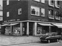 1971-937 Filiaal levensmiddelenbedrijven De Gruyter aan de Schiedamseweg nummer 8, op de hoek van de Grote Visserijstraat.