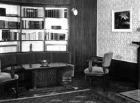 1972-1376 Interieur van de Gemeentelijke Kredietbank Rotterdam aan de Nieuwe Binnenweg nummer 135. Kamer van de ...