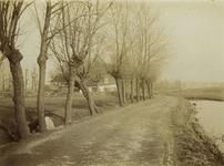 1972-164 Gezicht op de Beukelsdijk met links op de achtergrond een boerderij.