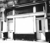 1972-1715 Pand 57 van de Nieuwe Binnenweg: toekomstig winkeltje van chansonnière Ansje van Brandenberg.