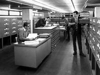 1972-212 Interieur van het Gemeentearchief aan de Mathenesserlaan. De bevolkingsregisters bevinden zich in het derde ...
