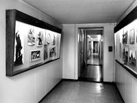 1972-2327-TM-2329 Interieurs van het Gemeentearhief aan de Mathenesserlaan nummer 315.-2327: verbindingsgang op de ...