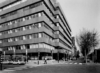 1972-305-EN-306 Mathenesserlaan met de nieuwbouw van de OGEM. Links de Heemraadssingel en rechts de Kerk van de H. ...