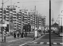 1972-553 Schiedamseweg met flatgebouwen gezien vanaf het Marconiplein. Op de achtergrond de Euromast.