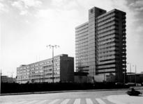 1972-638 Gezicht op gebouwen van het Bouwcentrum aan het Weena en het Kruisplein, vanaf het Stationsplein.