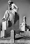 1972-651 Het beeld links De Rede, rechts De Verbeeldingskracht van het monument Van 't Hoff aan de 's-Gravendijkwal.