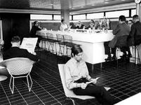 1972-695 Interieur van het Gemeentearchief (derde depot) aan de Mathenesserlaan. Bar/kantine op de bovenste etage. ...