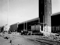 1972-868 Gezicht op het Museum Boymans van Beuningen met links de nieuwbouw van het museum, tijdens nieuwe bestratingen ...