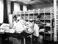 1973-1374-TM-1379 Interieurs van het bejaardentehuis Van Oostervant aan de Oostervantstraat.Afgebeeld van boven naar ...