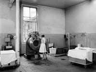1973-1391-TM-1396 Interieurs van het bejaardentehuis Van Oostervant aan de Oostervantstraat.Afgebeeld van boven naar ...