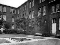 1973-1404-TM-1409 Binnenplaats van het bejaardentehuis Van Oostervant aan de Oostervantstraat.Afgebeeld van boven naar ...