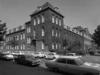1973-1438 Gezicht op de Duivenvoordestraat met het bejaardentehuis aan de Oostervantstraat.