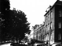 1973-1439 Bejaardentehuis aan de Oostervantstraat vanaf de hoek van de Hennewierstraat.