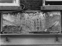 1973-1759 Gevelsteen in het pand aan de Schiedamseweg nummer 1. Links is afgebeeld de Schiedamseweg met daaronder de ...