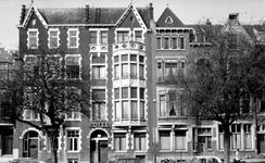 1973-689 Huizen nummers 193-197 aan de westzijde van de Heemraadssingel. In de midden: Hotel Snoek & Zn. en links het ...