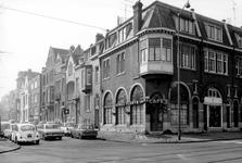 1973-710 Huizen aan de westzijde van de Heemraadssingel. Op de voorgrond de Nieuwe Binnenweg.