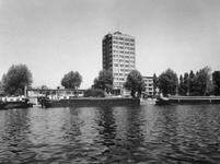 1974-1261 Gezicht op de Coolhaven met op de achtergrond het GEB-gebouw aan de Rochussenstraat.
