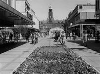 1974-1491 Gezicht op de Korte Lijnbaan met op de achtergrond het orgel van G. Perlee en het stadhuis aan de Coolsingel.