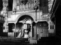 1974-829-TM-831 Interieurs van de Remonstrantse kerk aan de Mathenesserlaan.Afgebeeld van boven naar beneden:-829: ...