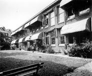 1975-1507-EN-1508 School achter de woonhuizen aan de zuidzijde van de Vierambachtsstraat.Afgebeeld van boven naar ...
