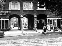 1975-1511 Gezicht op het Mathenesserplein met de passage naar het Rauwenhoffplein.