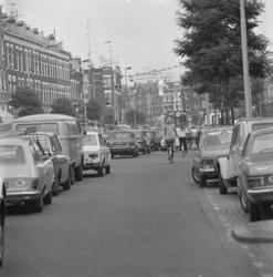1975-1537 Verkeersdrukte in de Eerste Middellandstraat.