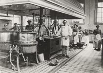 1975-1686 De keuken met personeel van het Coolsingelziekenhuis.