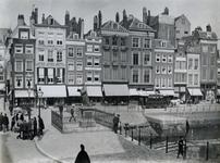 1975-178 Standbeeld van Erasmus op de Grotemarkt.Op de achtergrond het Steiger, rechts de Steigersgracht.