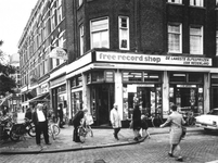 1975-1954 Winkel Free Record Shop aan de Nieuwe Binnenweg op de hoek van de Bloemkwekersstraat.