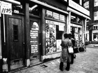 1975-1955 Winkel Free Record Shop aan de noordzijde van de Nieuwe Binnenweg op de hoek van de Bloemkwekersstraat.