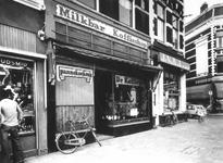 1975-1956 Milkbar en koffieshop De Koffiepot aan de noordzijde van de Nieuwe Binnenweg. Rechts de Gaffelstraat.