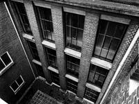1975-1958 Het Gemeentearchief aan de Mathenesserlaan. Ramen aan de noordzijde van het tweede depot.