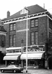 1975-1986 Boekhandel Voorhoeve & Diertrich in het huis genaamd St. Jansplaats (gevelsteen), aan de noordzijde van de ...