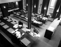 1975-231 Interieur van het eerste depot Gemeentearchief aan de Mathenesserlaan. De studiezaal vanuit de galerij op de ...