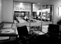 1975-232 Interieur van het eerste depot Gemeentearchief aan de Mathenesserlaan. Studiezaal op de tweede verdieping ...