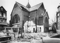 1975-303 Gezicht op de Ochterveltstraat met half gesloopte N.H. kerk aan de 's-Gravendijkwal.