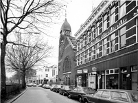 1975-304 Gezicht op de 's-Gravendijkwal met in het midden de Nieuwe Kerk. Links de tunneldoorgang.