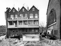 1975-305 Gezicht op de achterzijde van de huizen aan de 's-Gravendijkwal met de half afgebroken Nieuwe Kerk (Delfshaven).