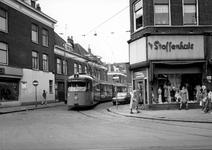 1975-307 Tram lijn 4 van de RET, komend uit de Korenaarstraat. Op de voorgrond de Nieuwe Binnenweg. Dit stukje van lijn ...