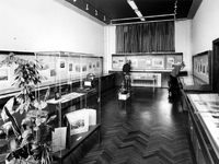 1975-313 Interieur van het Gemeentearchief aan de Mathenesserlaan. Tentoonstellingsruimte tijdens de ...