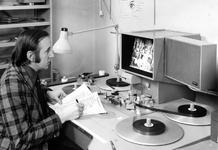 1975-314 Interieur van het Gemeentearchief aan de Mathenesserlaan. Dhr. H.M. Vrijmoet bij de montagetafel.